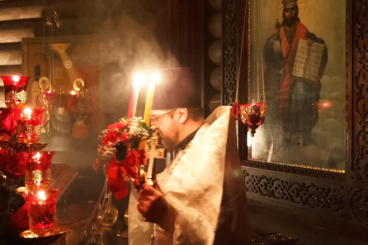 Тихим пением «Воскресение Твое, Христе Спасе…» начинается пасхальная заутреня