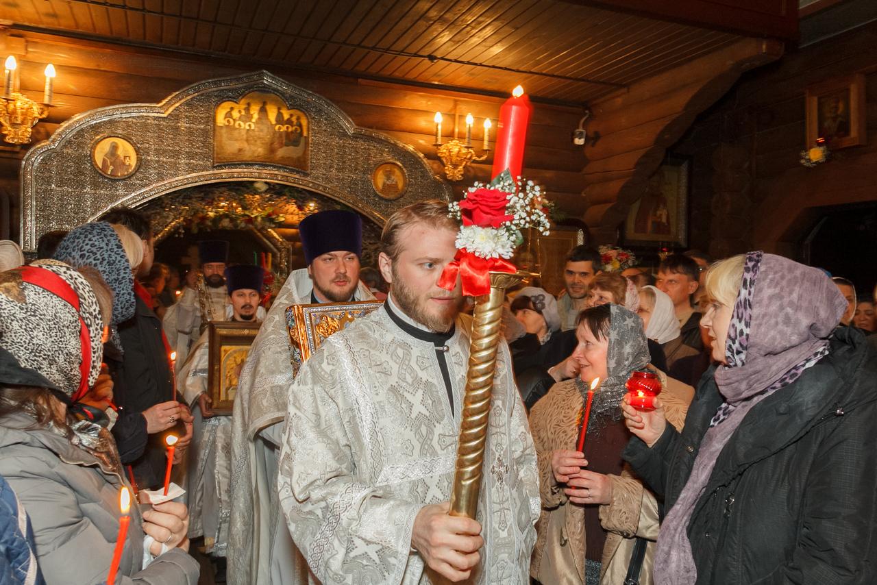 С пением пасхального тропаря духовенство возвращается в алтарь