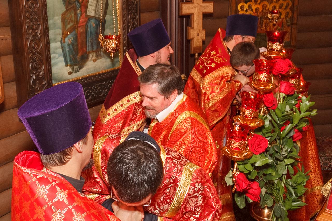 Христосование в алтаре