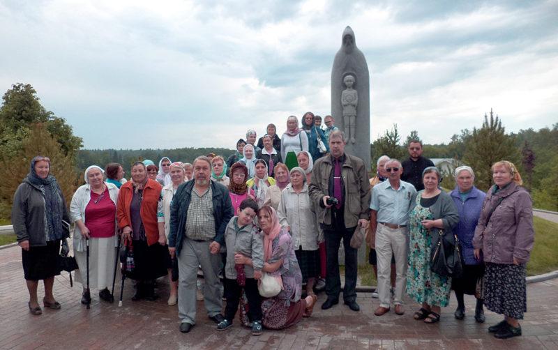 У памятника  преподобному Сергию Радонежскому